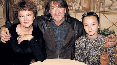 С женой и дочкой
