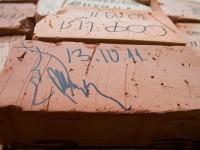 Автограф на кирпиче