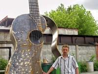 Кузнец из Челябинска Андрей Выдрин выковал гигантскую гитару