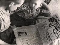 Мальчишки читают сообщение ТАСС в «Челябке»