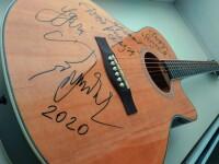 """Автограф на гитаре для благотворительного фонда """"Родная"""" (Челябинск)"""