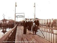 1951 г. Семья на понтонном мостике