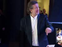Олег Митяев в момент вручение торта от Грушинского фестиваля.