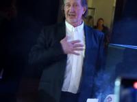 Олег Митяев в момент вручения торта от Грушинского фестиваля.